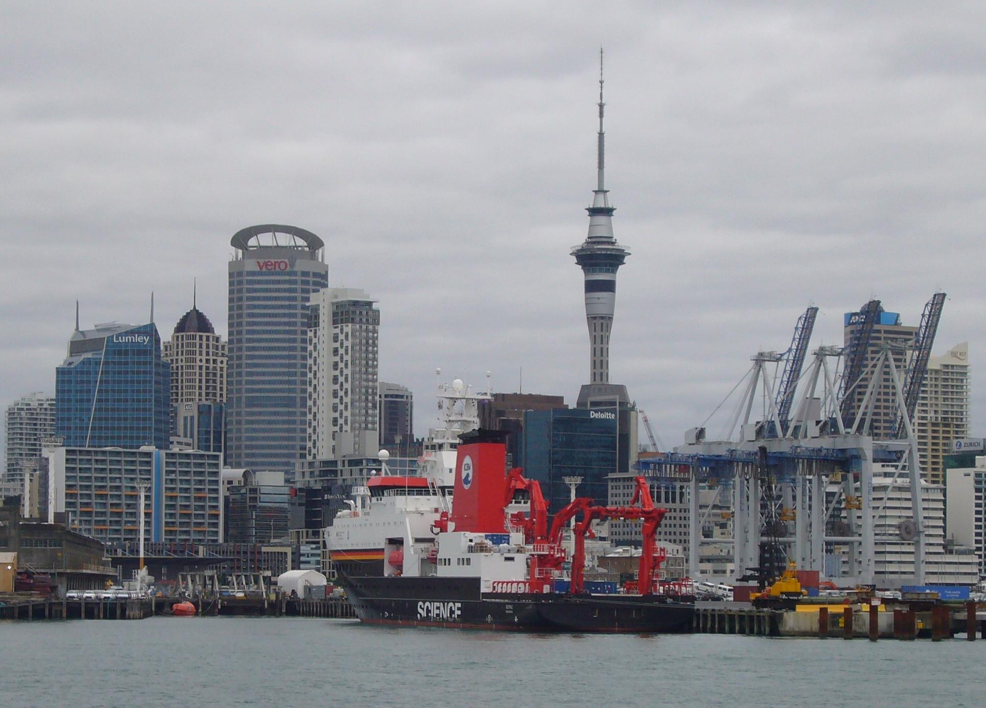 Blickfang vor der Skyline von Auckland (Neuseeland): Das Forschungsschiff SONNE