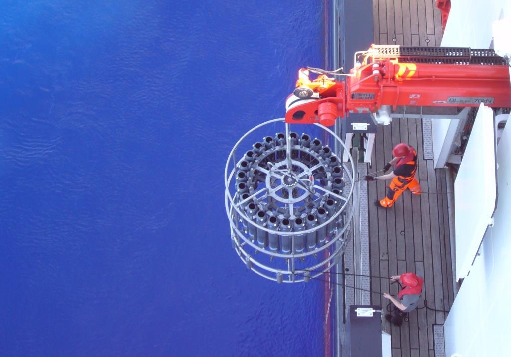 Die niegelnagelneue CTD des ICBM wird ins Wasser gelassen. Mit tatkräftiger Unterstützung der Deck-Crew des Forschungsschiffs SONNE.