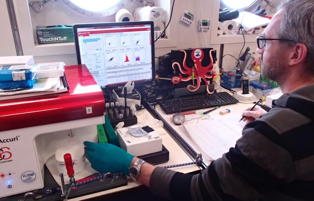 Helge-Ansgar Giebel bedient das Durchflußzytometer, ein Gerät zur Bestimmung der Bakterienzellzahlen.
