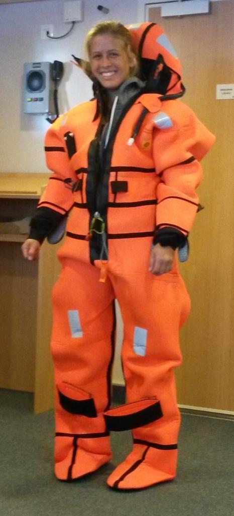 Auf SONNE gibt es für alle 80 Personen an Bord einen Überlebensanzug. Kim Arndt (Arbeitsgruppe Marine Sensorsysteme, ICBM) durfte uns bei der Sicherheitsunterweisung vor Auslaufen demonstrieren, wie so ein Überlebensanzug angezogen wird.