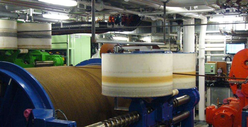 Zusätzlich zur normalen technischen Ausstattung eines Schiffes, hat SONNE noch viele Maschinen, die für die wissenschaftliche Meeresforschung gebraucht werden. So gibt es auf dem unteren Deck einen extra Windenraum für die kilometerlangen Drähte und Kabel, an denen wir unsere wissenschaftlichen Geräte ins Wasser lassen.