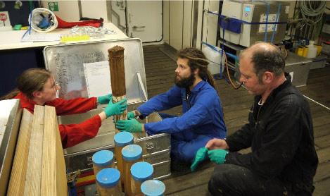 """Heute schreiben: Marion Pohlner, Julius Degenhardt und Bert Engelen, alle vom ICBM aus der Arbeitsgruppe Paläomikrobiologie in Oldenburg. Hier an Bord bilden die drei das """"MUC"""" Team, sie interessieren sich vor allem für die Mikroorganismen im Sediment."""
