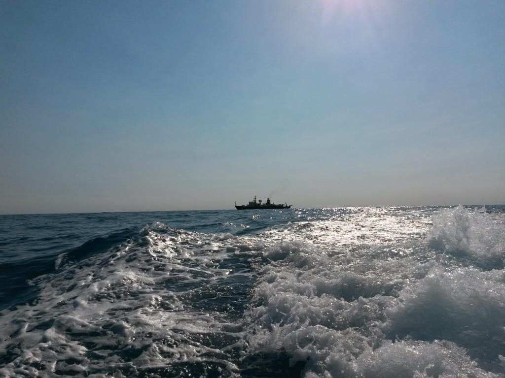 Auf dem Weg zur manuellen Probennahme mit dem Motorboot